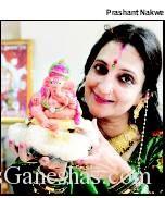 Rama Shah with a Ganesha idol she made blindfolded